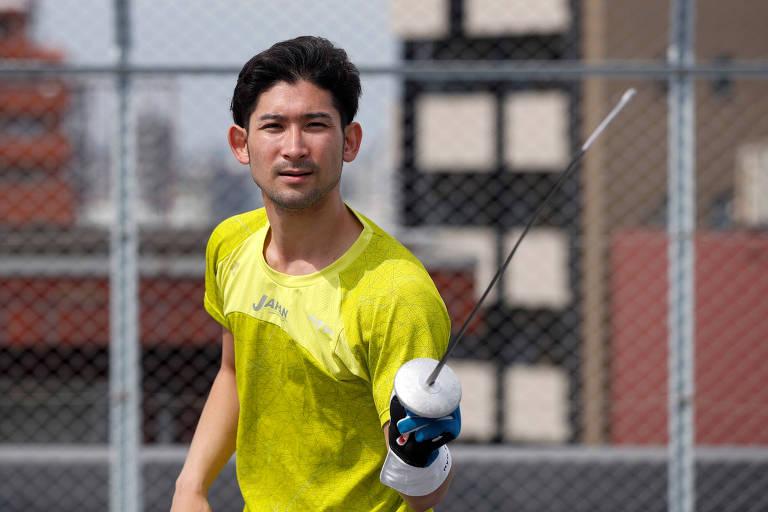 O esgrimista japonês Ryo Miyake treina no terraço do prédio onde mora