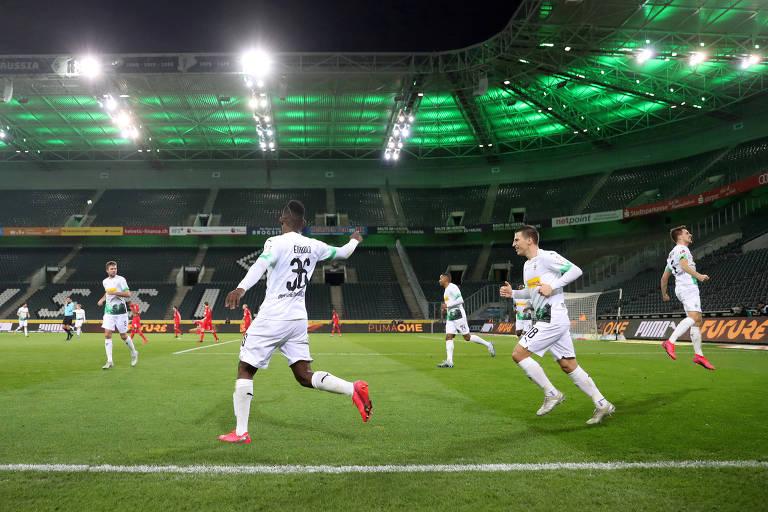 Borussia Mönchengladbach e Colônia se enfrentaram em março, já sem torcida, antes da paralisação da liga