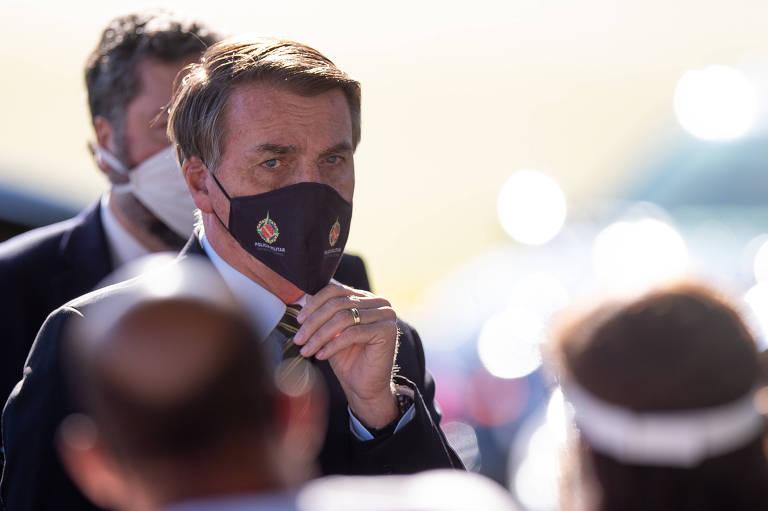 Foto mostra presidente usando máscara de proteção azul e com a mão no queixo. Seu olhar parece preocupado.