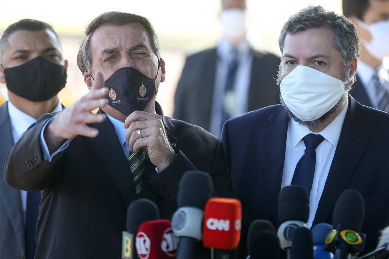 O presidente Jair Bolsonaro, ao lado do ministro Ernesto Araújo (MRE), fala com apoiadores e imprensa