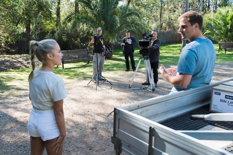 Elenco e equipe mantêm distanciamento social durante filmagens da novela australiana