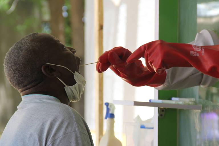Suspeito de ter sido infectado pelo coronavírus realiza exame na Universidade de Maiduguri, na Nigéria