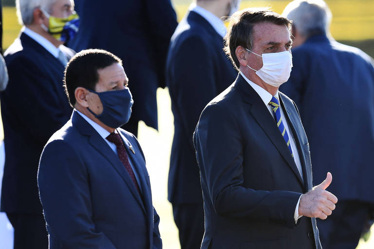 Mourão e Bolsonaro durante ato de hasteamento da bandeira no Alvorada, na quarta (12)