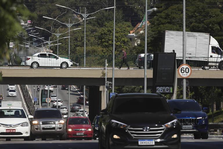 Veículos trafegam na av. Rubem Berta, na Vila Clementino (zona sul), no primeiro dia do megarrodízio da capital, na última segunda-feira (11)