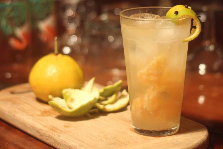 O drinque Cravo o Pé em Casa, criado por Nina Veloso, do Das