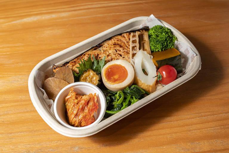 Bentô de yakisakana, peixe grelhado, do Otōto; casa especializada em bentôs, as marmitas japonesas, é comandada por Thiago Bañares, do Tan Tan
