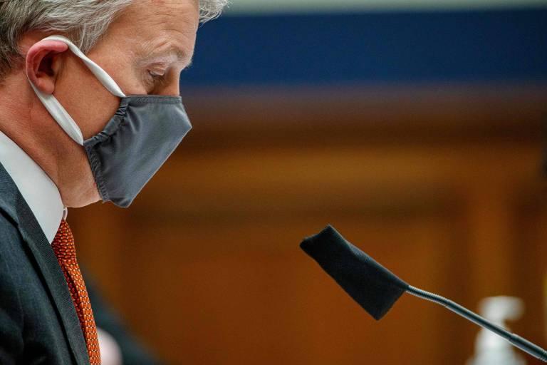 O médico Rick Bright se prepara para iniciar depoimento no Congresso americano, em Washington