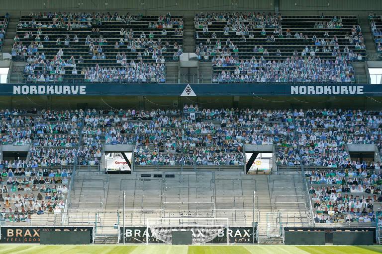 Pedaços de papelão com fotos de torcedores foram colocados no estádio do Borussia Moenchengladbach para jogo que será realizado com portões fechados