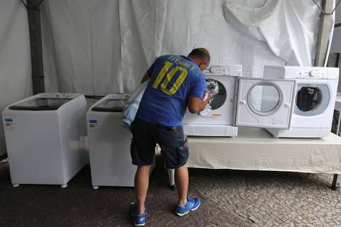 SAO PAULO, SP, 13/05/2020, BRASIL - CORONAVIRUS - PANDEMIA - MAQUINAS DE LAVAR E SECAR PARA MORADORES DE RUA  - 11:19:48 - A prefeitura vai expandir o programa que oferece maquinas de lavar e secar roupas para a populacao em situacao de rua durante o Covid-19. Geral da maquinas instaladas no Largo do Paissandu. Vanderlei Gino, esta em Sao Paulo desde marco apos perder tudo no sul. Rivaldo Gomes/Folhapress, NAS RUAS
