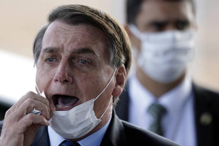 Bolsonaro tira máscara para falar com jornalistas no Palácio do Alvorada