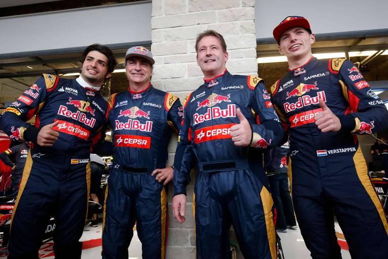 Os pilotos de F-1 Carlos Sainz Jr. e Max Verstappen com seus pais, Carlos Sainz e Jos Verstappen