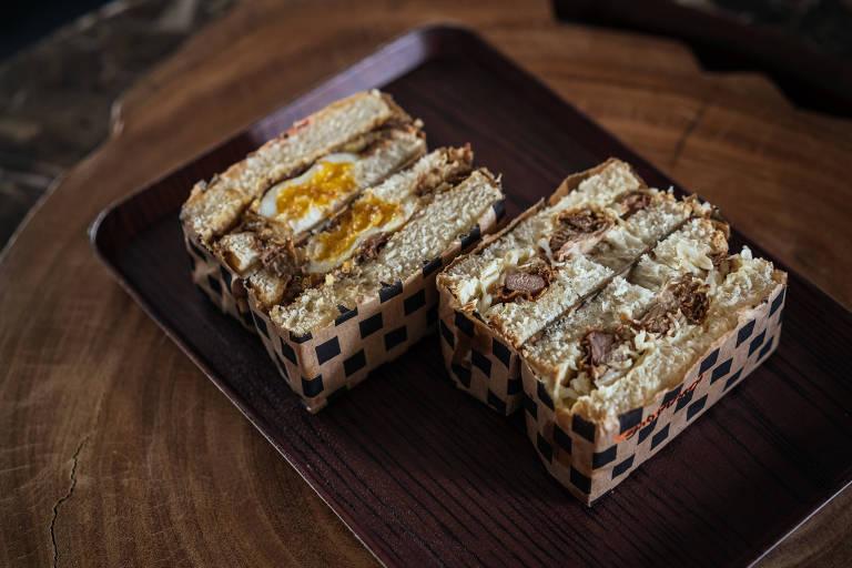 Sanduíches da Amo te Sando: kare sando (de curry japonês, carne desfiada e ovo) e o karaagues ando (de frango frito, repolho e maionese)
