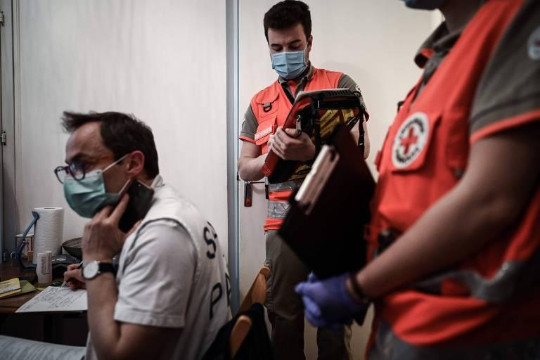 Socorristas respondem a possível infarto em apartamento em Paris durante a pandemia do coronavírus
