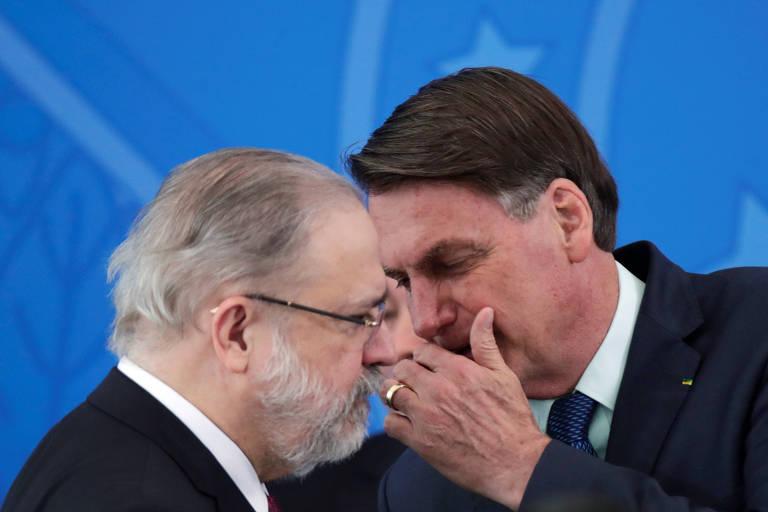 O procurador-geral da República, Augusto Aras, conversa com o presidente Jair Bolsonaro em evento no Palácio do Planalto