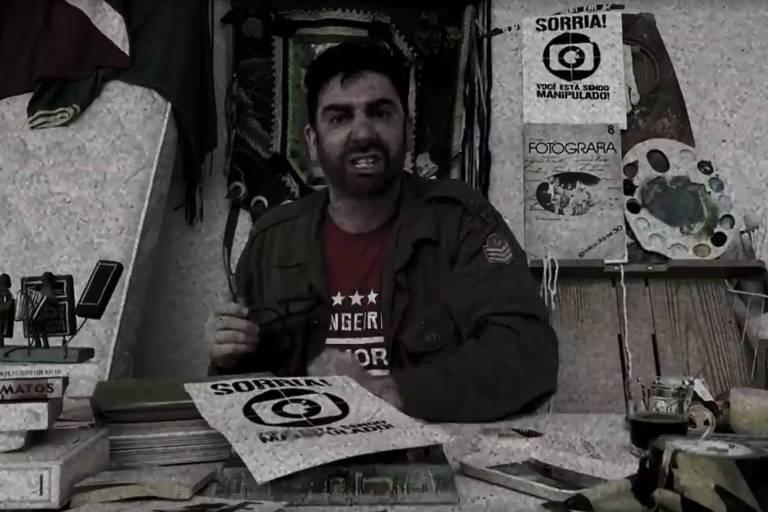 Marcelo Adnet como crítico da Rede Globo