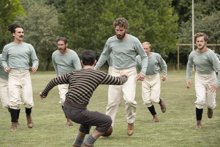 Arthur Kinnaird, o jogador aristocrata do Old Etonians, é também um dos conselheiros da Associação de Futebol. Defensor do amadorismo, ele acaba cedendo à profissionalização do futebol