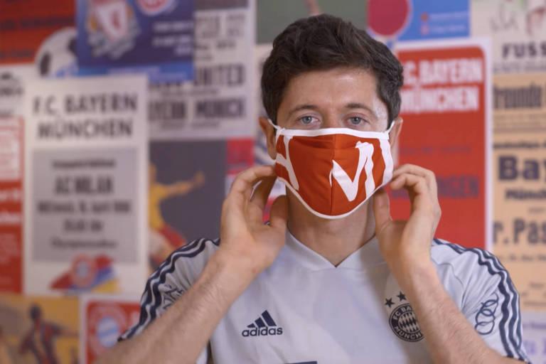 O artilheiro polonês Robert Lewandowski com máscara protetora