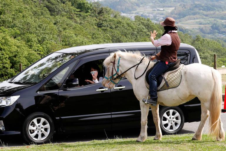 Visitantes apreciam o cenário e a vida silvestre do parque dentro de seus carros