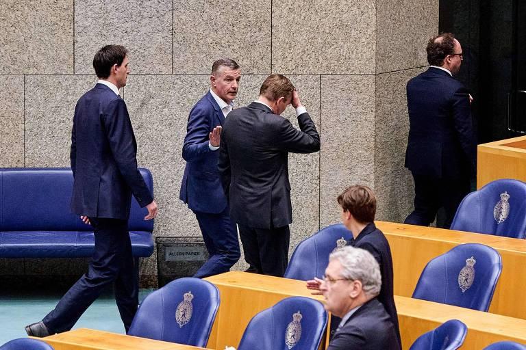 Bruno Bruins, ao centro, deixa Parlameto holandês após sentir mal estar