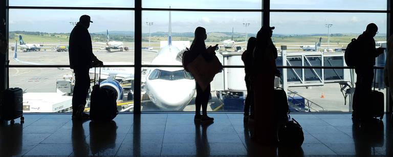Passageiros fazem fila para entrar em um voo no Aeroporto Internacional de Confins, próximo a Belo Horizonte