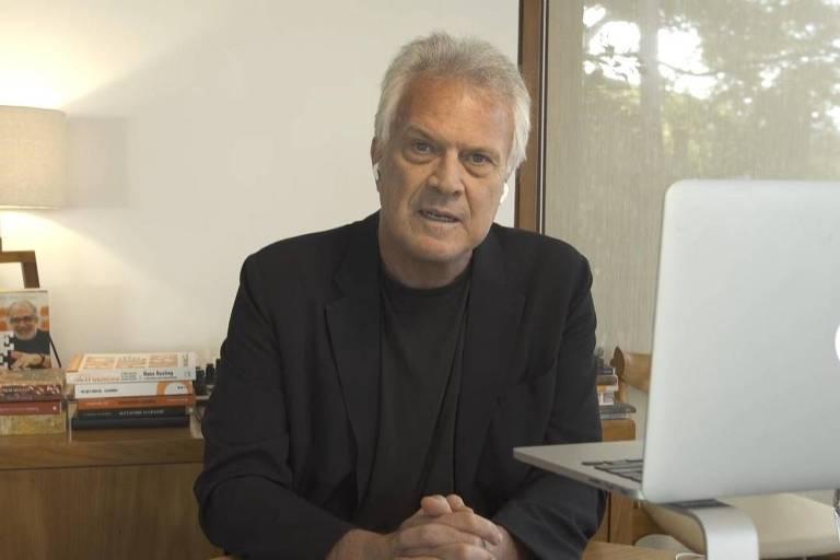O jornalista e apresentador Pedro Bial de sua casa