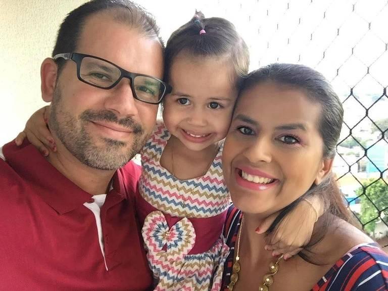 Aparecida Ribeiro Alves Teixeira com sua filha, Maitê, e o marido, Celso; ela foi contaminada pelo novo coronavírus após levar a filha ao hospital