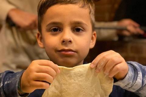 Folhinha - Culinária com crianças. A Bel Coelho aparece junto com os filhos, Francisco coelho Amabis, seis anos. (Foto: Arquivo Pessoal)