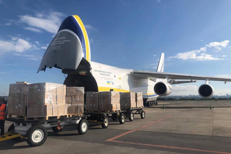 Carregamento de máscaras da China chega ao aeroporto de Brasília; países e estados disputam a compra de equipamentos