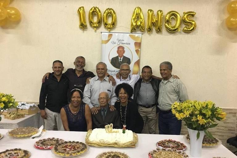 Francisco Costa (1918-2020) no aniversário de 100 anos (sentado, no meio)
