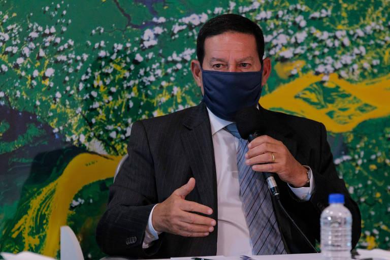 Gesticulando com as mãos, o vice-presidente Hamilton Mourão durante coletiva de imprensa sobre a Operação Verde Brasil