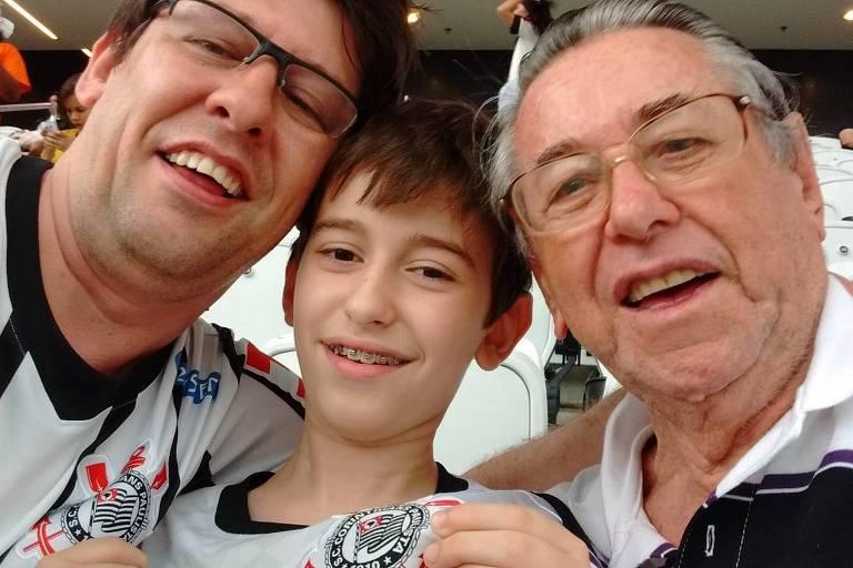Treinador da Seletimão, o jornalista Celso Unzelte (à esq.) na Arena Corinthians com o filho Daniel e o pai, Dario