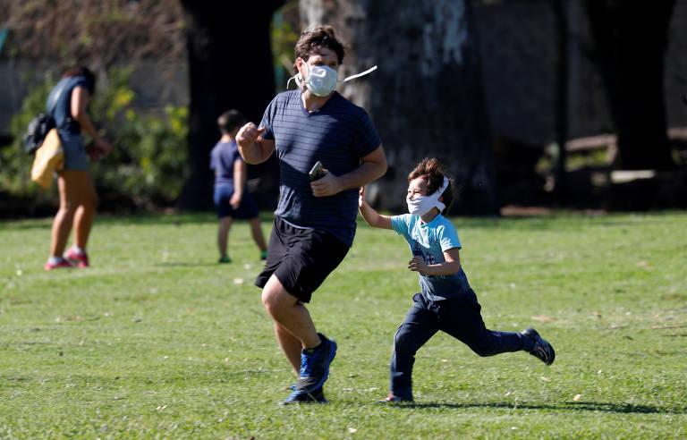 Após oito semanas, crianças brincam em parques de Buenos Aires
