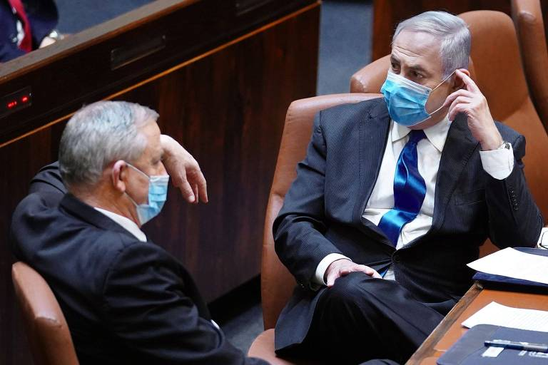 O primeiro-ministro conservador Binyamin Netanyahu (dir.) conversa com o centrista Benny Gantz