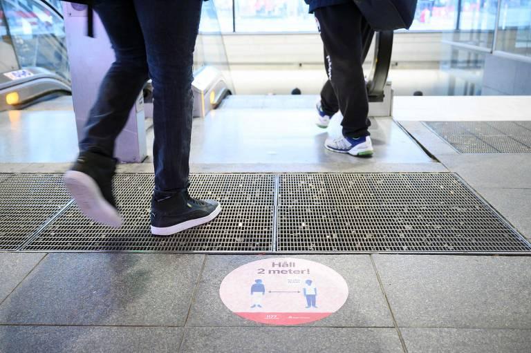 Adesivo em rua em Estocolmo alerta população para importância de manter distanciamento social
