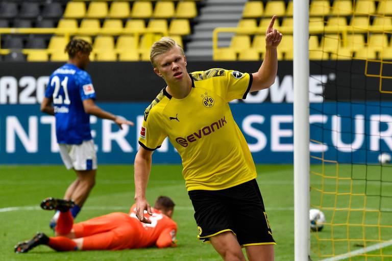 Haaland comemora o gol que abriu o placar na goleada do Borussia Dortmund sobre o Schalke 04