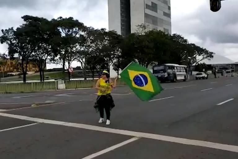 A servidora Angela Telma Alves Berger, que agrediu jornalista da Band com uma bandeirada durante manifestação