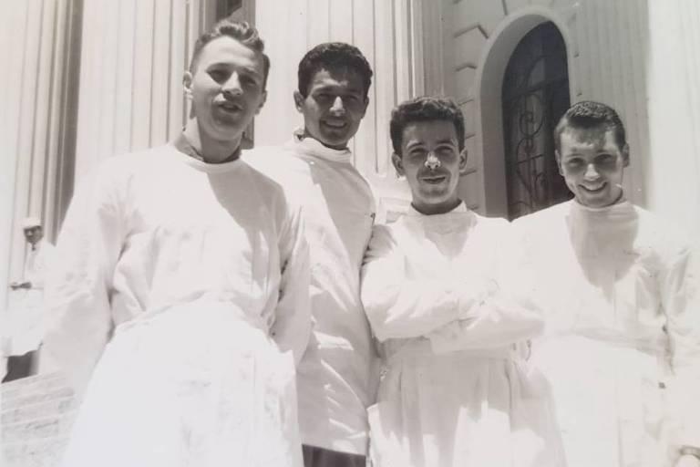 Geraldo Almeida (1939-2020) na faculdade de medicina, em Curitiba, no Paraná (1º a esq.)