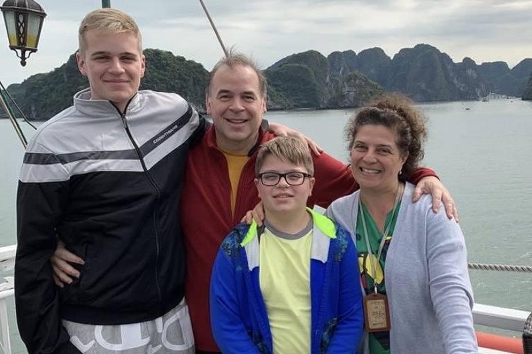 Gabriel Lico Bickham, 16, Tim Bickham, 51, Ana Lúcia Lico, 51, Lucas Lico Bickham, 13, no Vietnã, em janeiro de 2020