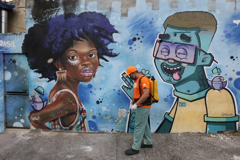 Agentes da subprefeitura da Freguesia do Ó/Brasilândia fizeram nesta segunda-feira (18) uma ação de limpeza nas ruas, praças, vielas e escadões da Brasilândia, na zona norte de São Paulo, para combater o novo coronavírus