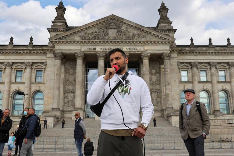 Attila Hildmann, um dos organizadores do protesto, discursa contra as restrições do governo alemão