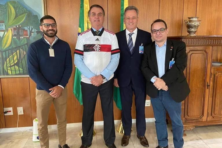Da esq para a dir: Márcio Tannure, médico do Flamengo, Jair Bolsonaro, Rodolfo Landim, presidente do clube, e Aleksander Santos, diretor de relações institucionais