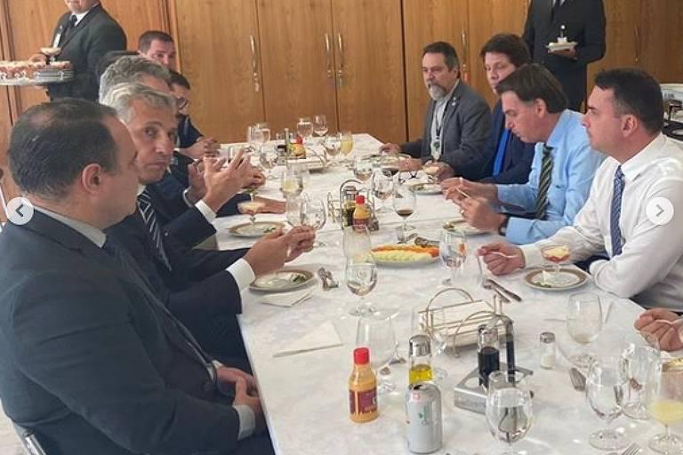 Almoço de Jair Bolsonaro com o ator Mário Frias (de camisa azul, atrás do presidente)