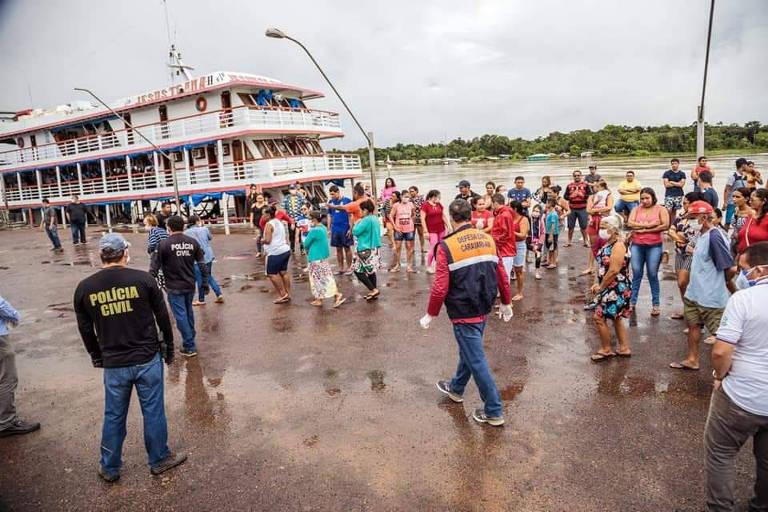 Barreira sanitária na chegada de barco de passageiros a Carauari (AM)