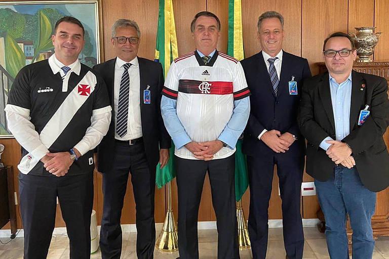 Bolsonaro veste camisa do Flamengo em visita dos presidentes do rubro-negro carioca (à dir.), Rodolfo Landim, e do Vasco, Alexandre Campello (à esq.)