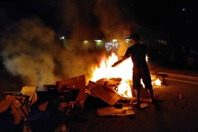 Moradores ateiam fogo em barreira na pista na rodovia Rio-Santos, altura da praia de Juquehy, em São Sebastião (SP)