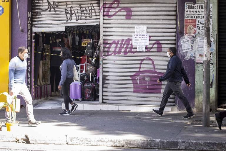 Fachada de rua no bairro Santa Cecília; lojistas deixam porta entreaberta para clientela