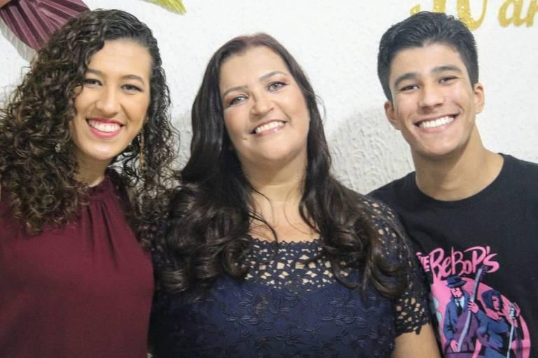 A técnica em farmácia Ana Paula Clemente e os filhos Isabella e Vinícius foram contaminados com o novo coronavírus e se curaram em casa