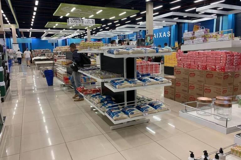 Alimentos como arroz, feijão e macarrão colocados à venda na loja da Havan, em Ribeirão Preto
