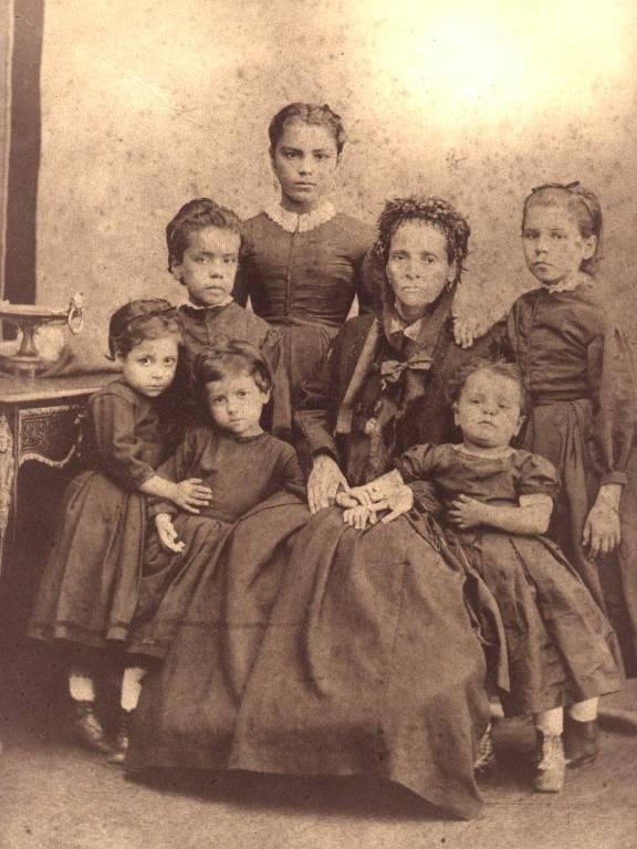 Anna Nery rodeada pelas seis crianças órfãs que adotou na Guerra do Paraguai