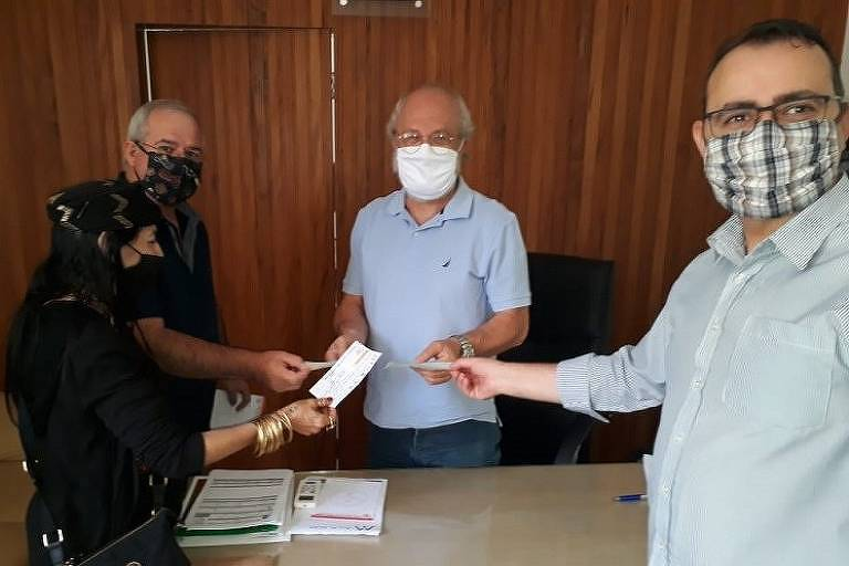 Vereadores de Avaré (SP) doam cheques para a Santa Casa de Misericórdia da cidade